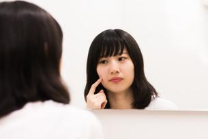 にきびを気にする女性の素材 [FYI00491757]