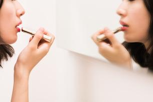 お化粧直しをする女性の素材 [FYI00491758]