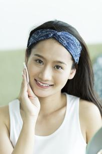 若い女性のスキンケアイメージの写真素材 [FYI00491788]