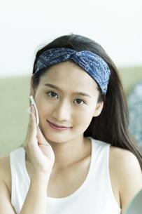 若い女性のスキンケアイメージの写真素材 [FYI00491799]