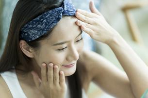 若い女性のスキンケアイメージの写真素材 [FYI00491801]