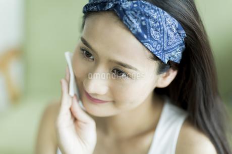 若い女性のスキンケアイメージの写真素材 [FYI00491804]