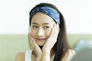 若い女性のスキンケアイメージの写真素材 [FYI00491811]