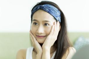 若い女性のスキンケアイメージの写真素材 [FYI00491812]