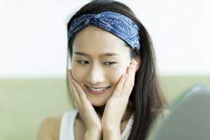 若い女性のスキンケアイメージの写真素材 [FYI00491814]