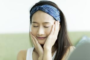 若い女性のスキンケアイメージの写真素材 [FYI00491817]