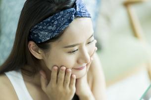 若い女性のスキンケアイメージの写真素材 [FYI00491818]