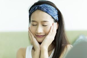 若い女性のスキンケアイメージの写真素材 [FYI00491819]