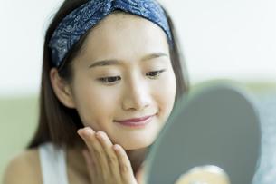 若い女性のスキンケアイメージの写真素材 [FYI00491820]