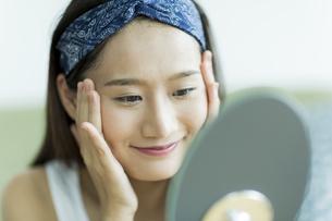 若い女性のスキンケアイメージの写真素材 [FYI00491823]