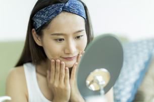 若い女性のスキンケアイメージの写真素材 [FYI00491826]