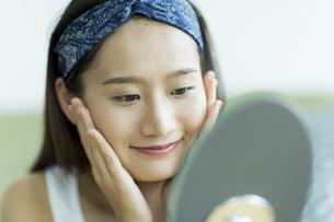 若い女性のスキンケアイメージの写真素材 [FYI00491828]