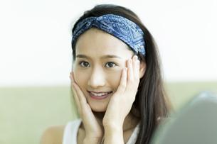 若い女性のスキンケアイメージの写真素材 [FYI00491829]