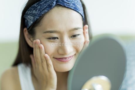 若い女性のスキンケアイメージの写真素材 [FYI00491830]