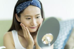 若い女性のスキンケアイメージの写真素材 [FYI00491833]
