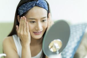 若い女性のスキンケアイメージの写真素材 [FYI00491835]