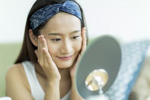 若い女性のスキンケアイメージの写真素材 [FYI00491839]