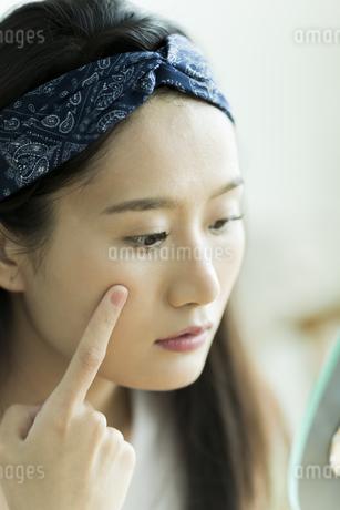 若い女性のスキンケアイメージの写真素材 [FYI00491840]