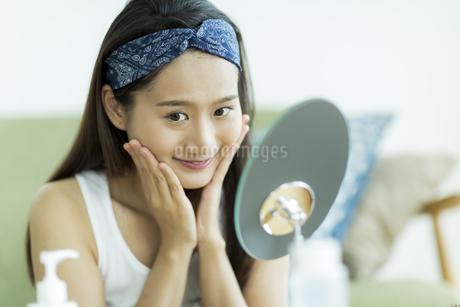 若い女性のスキンケアイメージの写真素材 [FYI00491842]