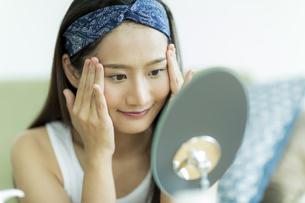 若い女性のスキンケアイメージの写真素材 [FYI00491843]