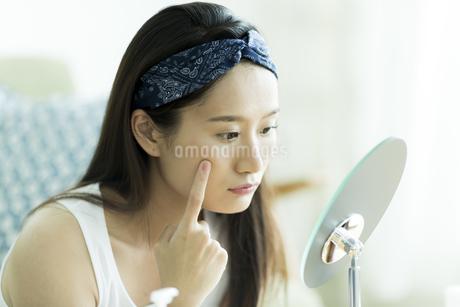 若い女性のスキンケアイメージの写真素材 [FYI00491845]