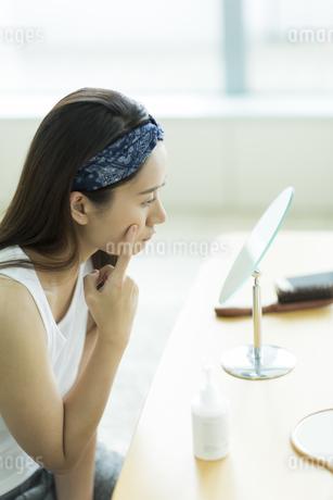 若い女性のスキンケアイメージの写真素材 [FYI00491855]