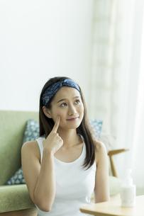 若い女性のスキンケアイメージの写真素材 [FYI00491862]
