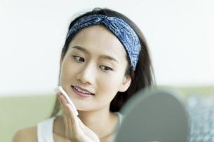 若い女性のスキンケアイメージの写真素材 [FYI00491871]