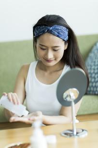 若い女性のスキンケアイメージの写真素材 [FYI00491874]