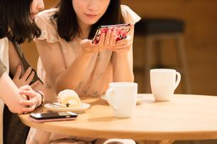 カフェでくつろぐ女性の写真素材 [FYI00491879]