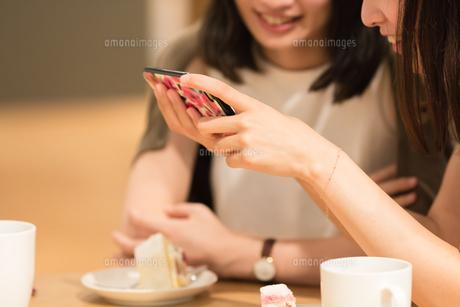 カフェでくつろぐ女性の素材 [FYI00491880]
