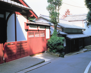 赤い壁の町屋の素材 [FYI00492877]