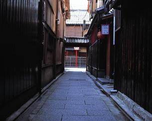 祇園の小道の写真素材 [FYI00492880]