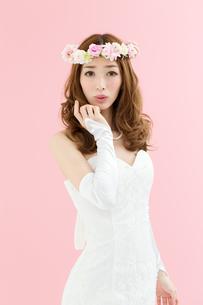 ウエディングドレスの女性 ピンク背景の写真素材 [FYI00493097]