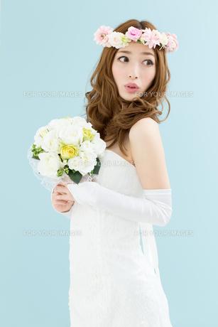 ウエディングドレスの女性 ブルー背景の写真素材 [FYI00493118]