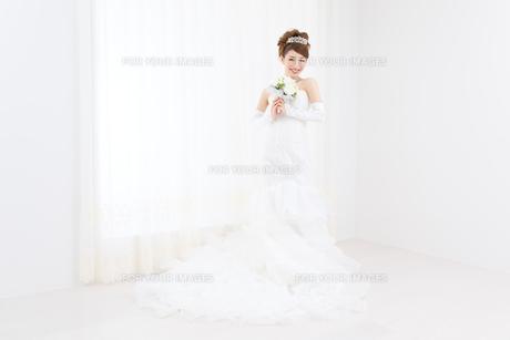 ウエディングドレスの女性の写真素材 [FYI00493166]