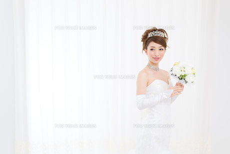 ウエディングドレスの女性の写真素材 [FYI00493171]