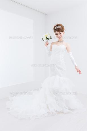 ウエディングドレスの女性の写真素材 [FYI00493211]