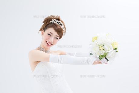 ウエディングドレスの女性の写真素材 [FYI00493212]