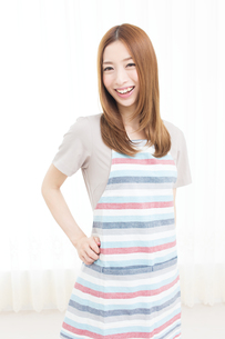 エプロン姿の主婦の写真素材 [FYI00493231]