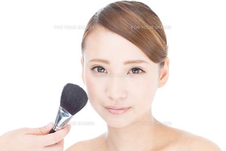 メイクアップ中の若い女性の写真素材 [FYI00493502]