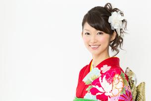 白背景で赤い振袖を着た女性の写真素材 [FYI00493630]