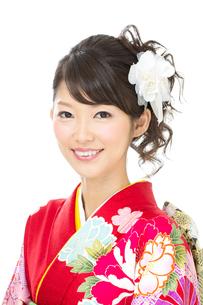 白背景で赤い振袖を着た女性の写真素材 [FYI00493639]