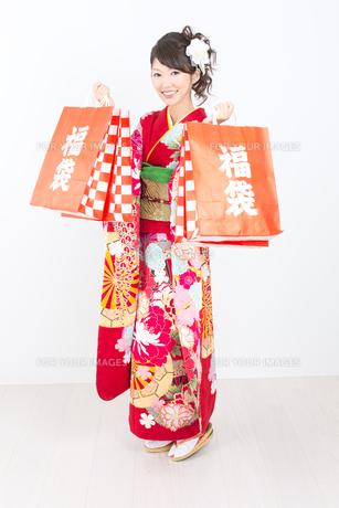 白背景で赤い振袖を着た女性の写真素材 [FYI00493653]