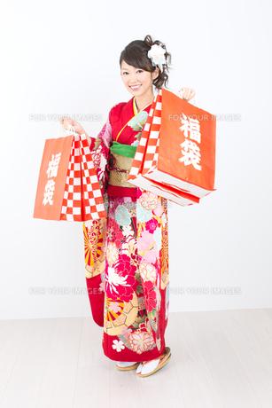 白背景で赤い振袖を着た女性の写真素材 [FYI00493655]