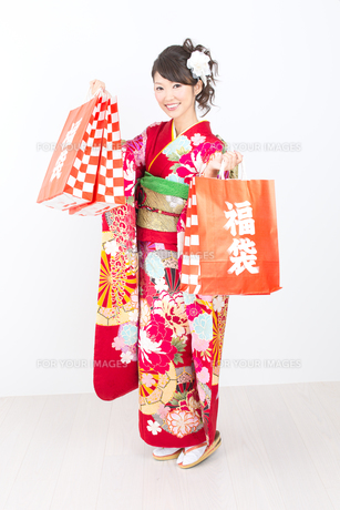 白背景で赤い振袖を着た女性の写真素材 [FYI00493656]