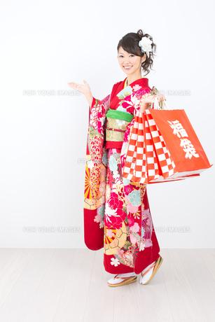 白背景で赤い振袖を着た女性の写真素材 [FYI00493657]
