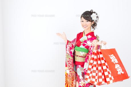 白背景で赤い振袖を着た女性の写真素材 [FYI00493658]