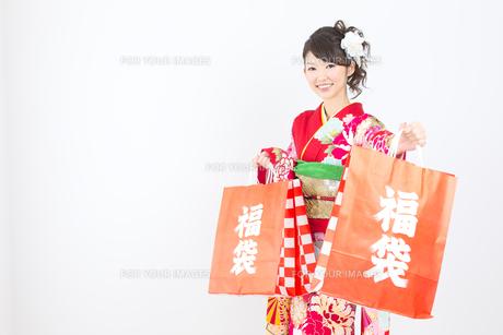 白背景で赤い振袖を着た女性の写真素材 [FYI00493659]
