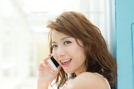 携帯電話を使う爽やかな女性の写真素材 [FYI00493835]